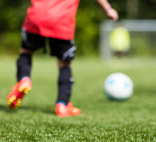 Junge_spielt_Fussball