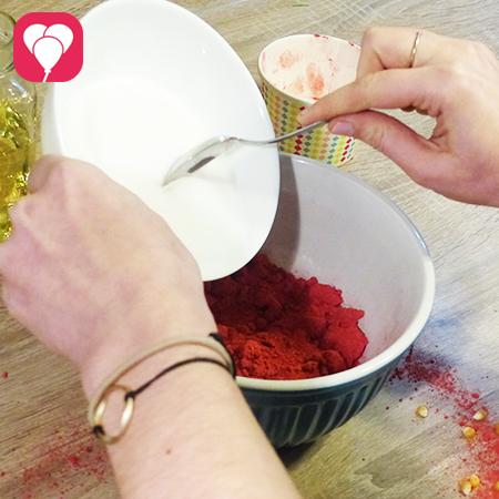 buntes Popcorn selber machen Beeren mit Zucker mischen