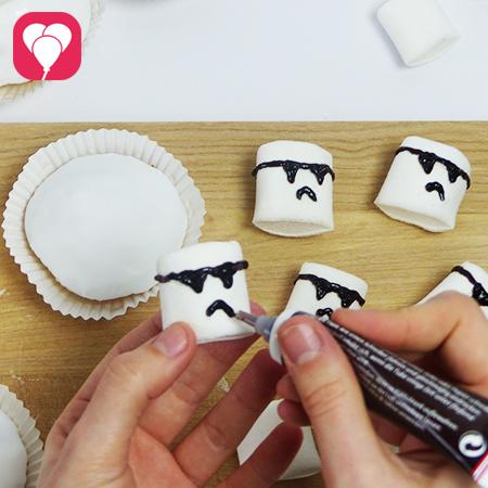 Star Wars Muffins Sturmptruppler Gesicht aufmalen