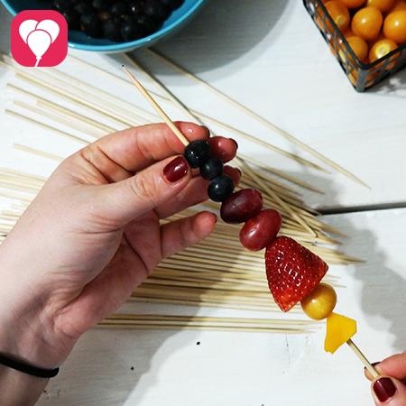bunte Obstspieße für den Kindergeburtstag vorbereiten
