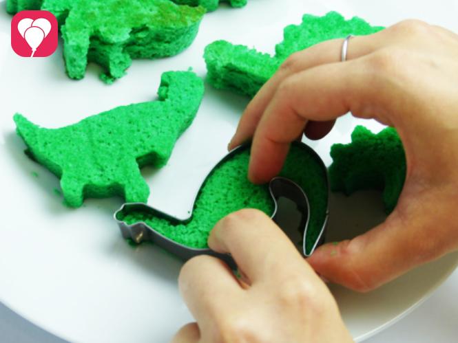 Mini Dino Kuchen - Dinos aus Biskuit Boden ausstechen