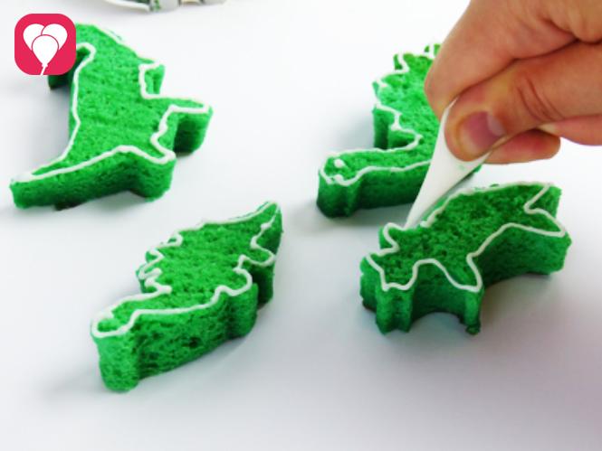 Mini Dino Kuchen mit Icing verzieren