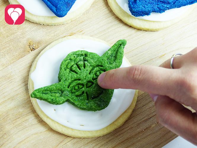 Star Wars Kekse - Yoda Cookie auf Icing legen