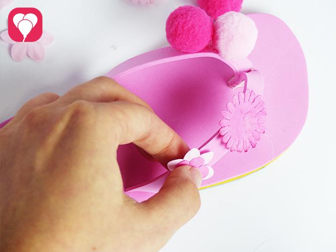 DIY Flip Flops dekorieren - Deko Blumen aufkleben