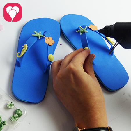 DIY Flip Flops dekorieren - Meeres Deko ankleben