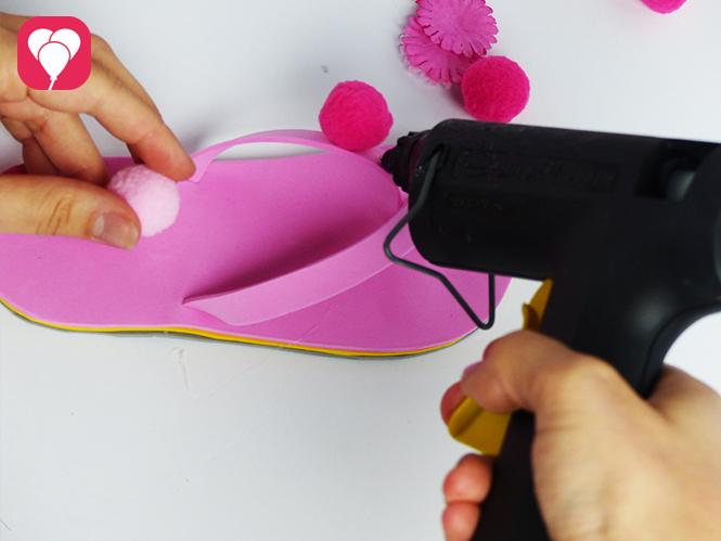 DIY Flip Flops dekorieren - Pompoms aufkleben