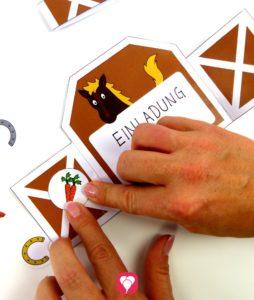 Pferde Einladung basteln - 5. Schritt mit Stickern dekorieren