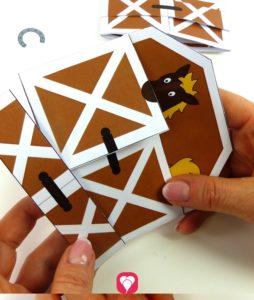 Pferde Einladung basteln - Letzter Schritt Lasche um Einladungskarte legen