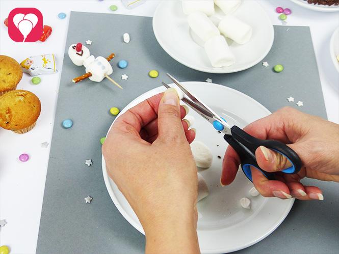 Olaf Muffins - Marshmallows zurecht schneiden