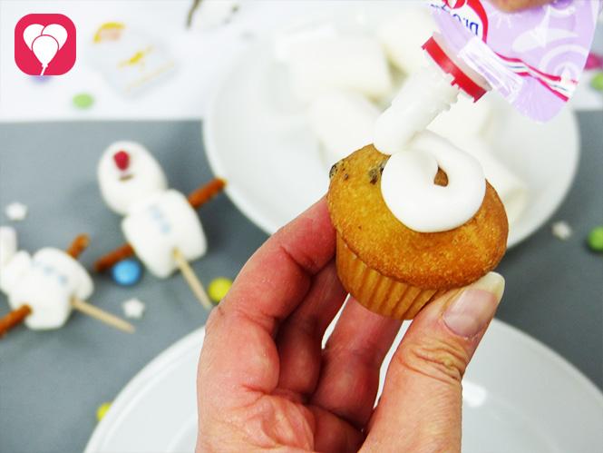 Olaf Muffins - Muffin mit Frosting bedecken