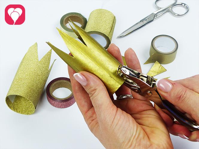 DIY Krone basteln - Loch ausstechen