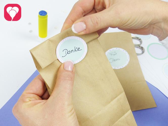 Geschenktüten mit LIeblings-Stickern als hübsches Etikett verschliessen