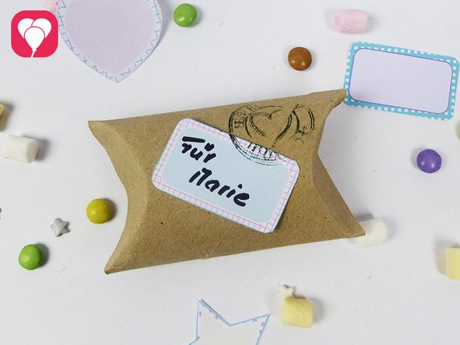 Geschenkverpackung aus Klopapierrollen dekoriert mit suessen Stickern und Stempel