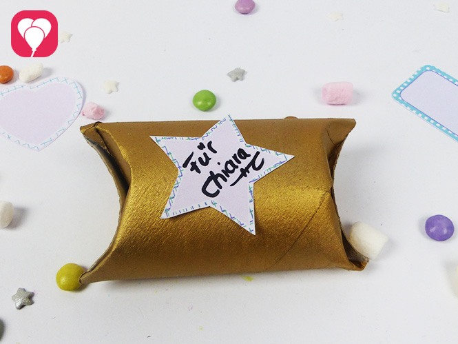 Upcycling Idee - Klopapierrolle bespruehen und falten als Geschenkverpackung