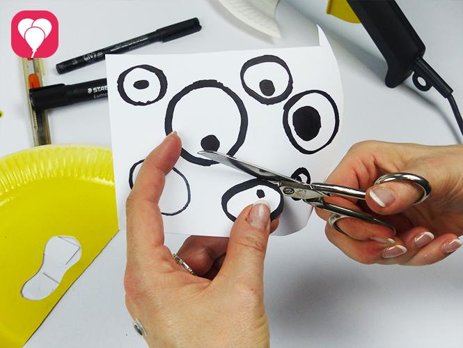 Monstermaske aus Pappteller basteln - Augen ausschneiden
