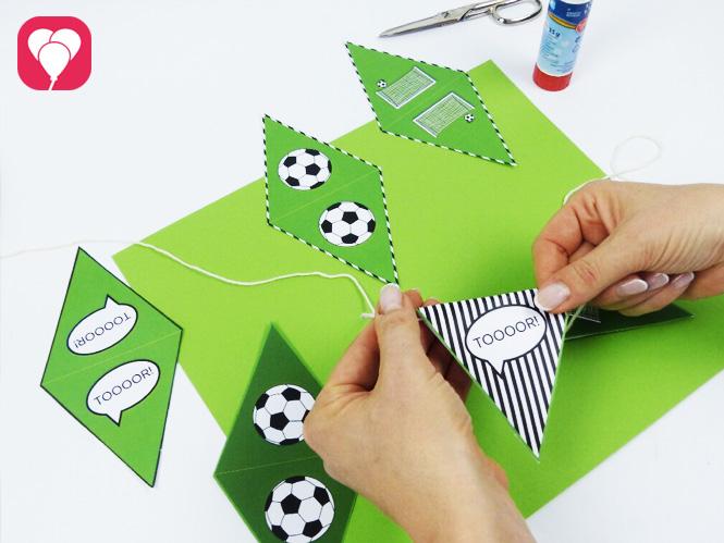 Fußball Deko - Wimpelgirlande mit Fußball Motiven basteln
