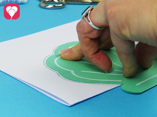 DIY Muschel Einladung basteln - Form der Muschel auf weisses Papier malen für Innenkarte