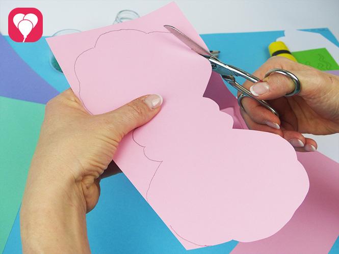 DIY Muschel Einladung basteln - Umriss der Muschel ausschneiden
