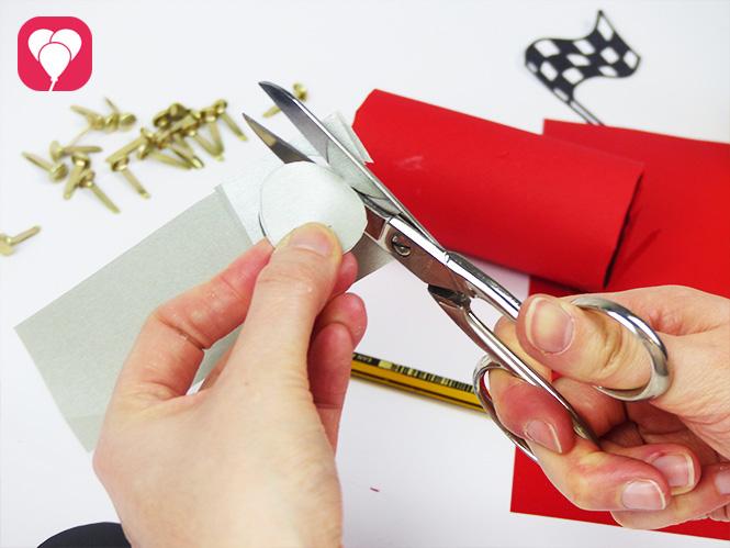 DIY Rennauto basteln - Reifen auf Silberpapier ausschneiden
