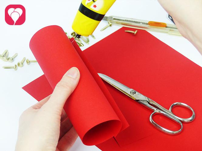 DIY Rennauto basteln - Klopapierrolle mit buntem Tonpapier bekleben