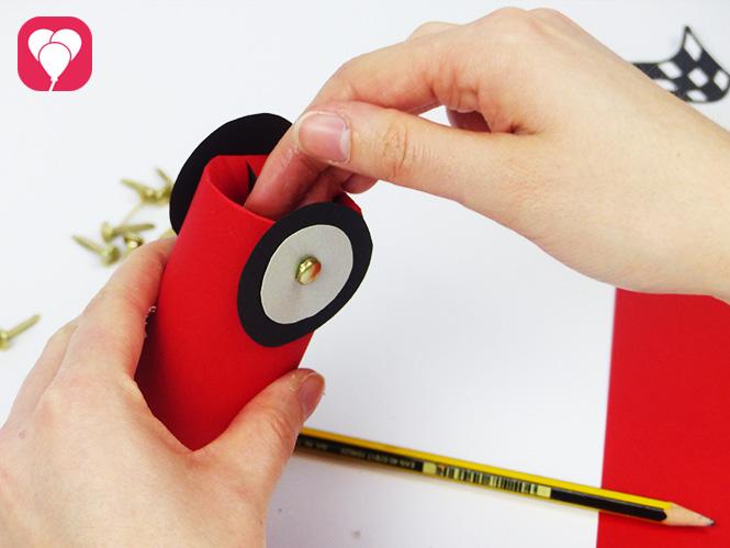 DIY Rennauto basteln - Rad mit Musterklammer befestigen