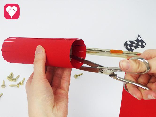 DIY Rennauto basteln - Seiten einschneiden