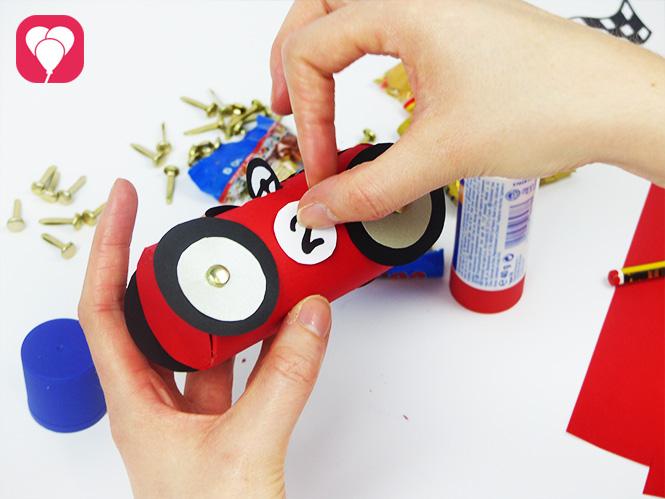 DIY Rennauto basteln - Startnummer aufkleben