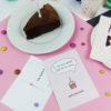 """""""Zeit für Kuchen"""" Design Postkarte als Geburtstagskarte (rosa)"""