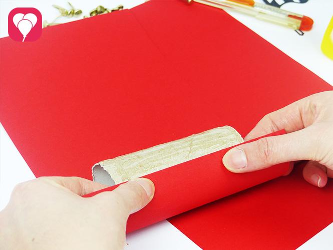 Rennauto zum Befüllen aus Klopapierrollen basteln - Rolle mit Tonpapier bekleben