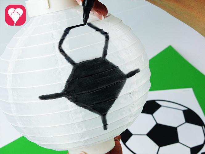 Fußball Deko - Fünfecke von Fußball auf Lampion zeichnen