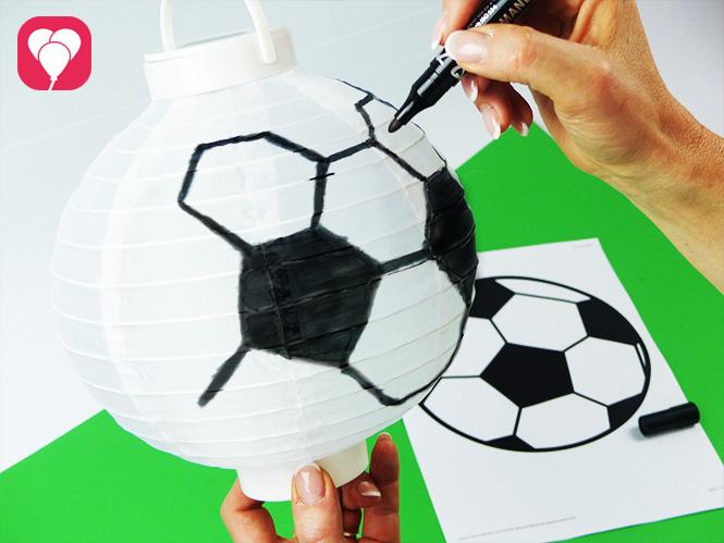 Fussball Deko - Fussball Muster auf Lampion zeichnen