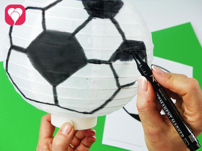 Fussball Deko - ein Lampion wird zum Fussball