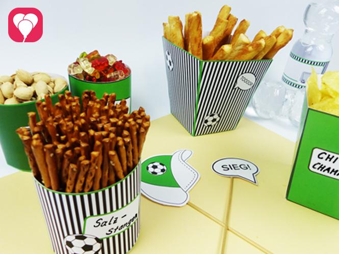 Richte Deine Fussball Snacks in mottogerechten Snack Becher und Tüten an