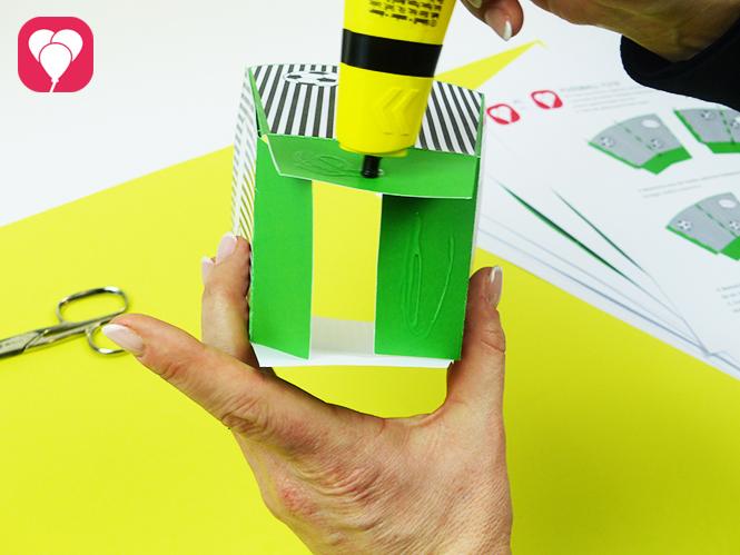 Snack Becher für die Fussball WM - Boden zusammenkleben