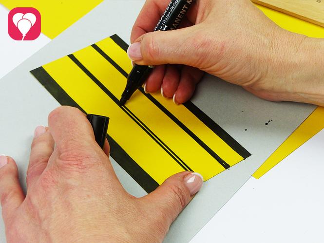 Tic Tac Toe Spiel mit Marienkäfer und Bienen - Streifen aufmalen