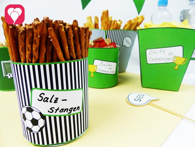 Unsere Snack Becher sind perfekt für Salzstangen Chips Gummibären und noch mehr leckere Fussball Snacks