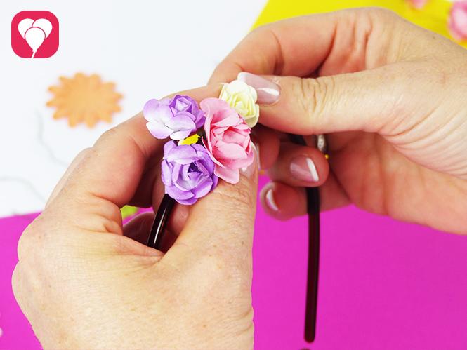 Blumen gruppieren und um den Haarreif binden - DIY Blumenkranz