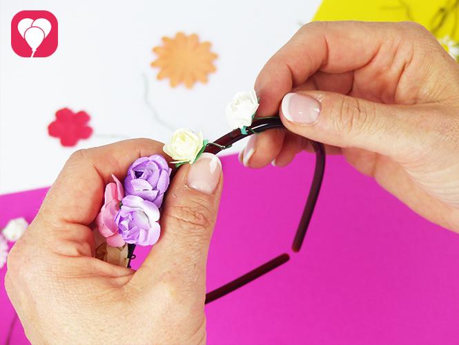 Blumenkranz binden - aus Haarreifen und Kunstblumen