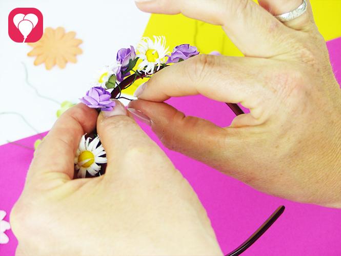 DIY Blumenkranz basteln - Kunstblumen mit Draht um Haarreif binden