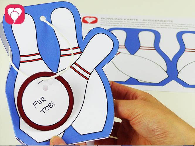 Einladung zum Bowling Kindergeburtstag basteln - Bowling Karte mit Kugel Anhänger zum Beschriften