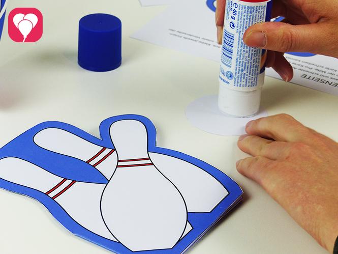 Einladung zum Bowling Kindergeburtstag basteln - Bowling Kugel als Deko auf die Karte kleben