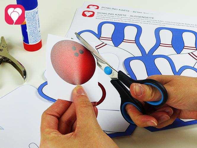 Einladung zum Bowling Kindergeburtstag basteln - Bowling Kugel ausschneiden