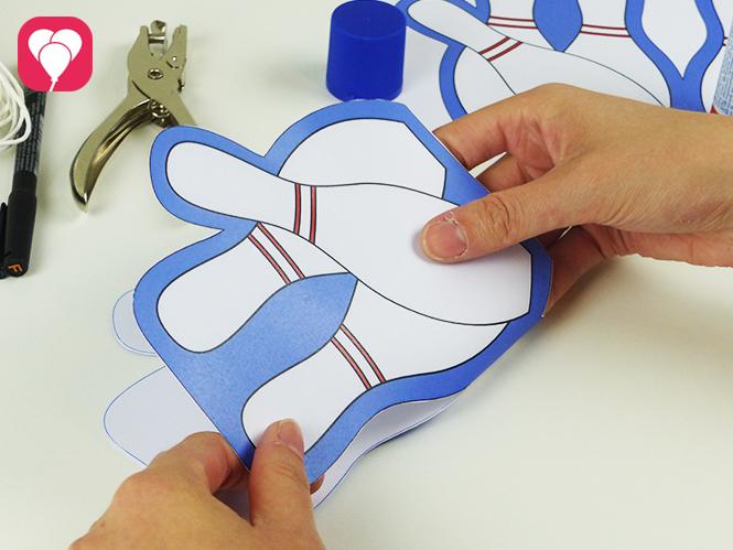 Einladung zum Bowling Kindergeburtstag basteln - Karte mittig falten