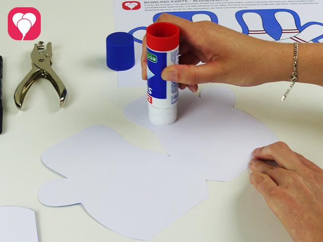 Einladung zum Bowling Kindergeburtstag basteln - Karte zusammenkleben