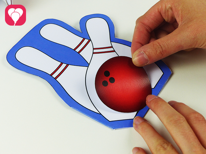 Einladung zum Bowling Kindergeburtstag basteln - Kugel aufkleben