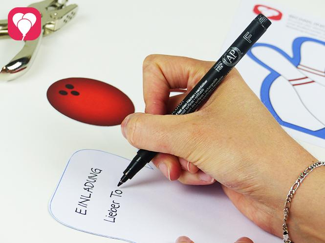 Einladung zum Bowling Kindergeburtstag basteln - Schreibe Deinen Einladungstext in die Bowling Karte