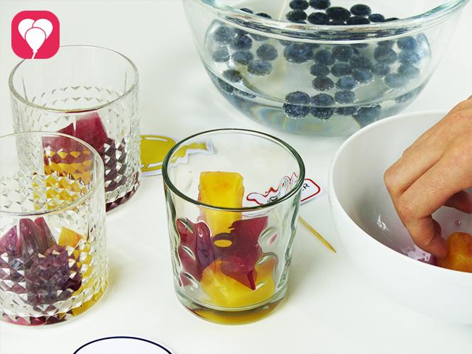 WM Drinks vorbereiten - Glaeser mit roten und gelben Eiswürfeln füllen