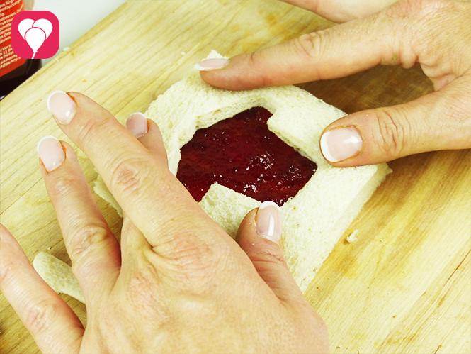 WM Toasts - Ausgestochenes Brot auf belegtes Toastbrot legen
