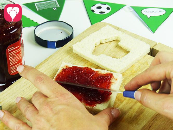 WM Toasts - Toast mit Marmelade bestreichen