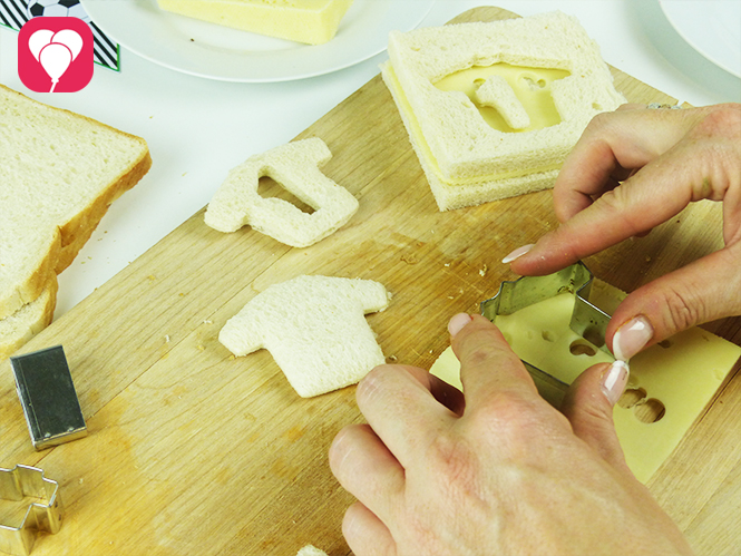 WM Toasts anrichten - Käse mit Keksausstecher ausstechen